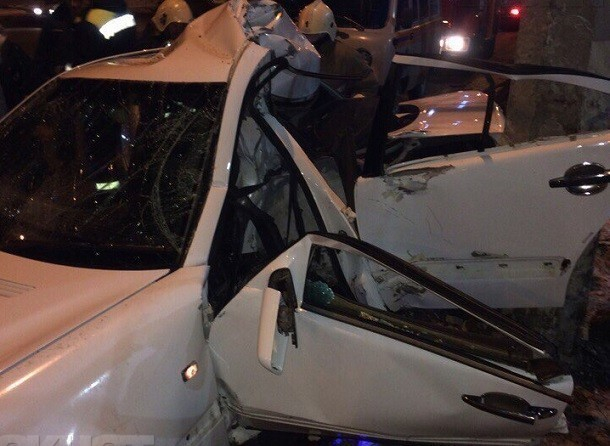 Насевере Волгограда Mercedes намотало настолб освещения