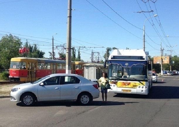 Волгоградка на Renault отправила в больницу 31-летнюю кондуктора автобуса «Питеравто»