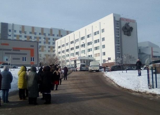 Пациентов вывели без одежды на улицу: в Волгограде экстренно эвакуировали больницу № 25