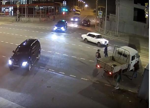 Эпичное столкновение «ГАЗели» и «УАЗика» при попытке проскочить на «красный» сняли на видео в Волгограде