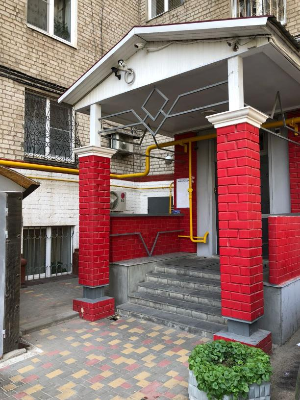 В центре Волгограда провалился вход в подъезд жилого дома