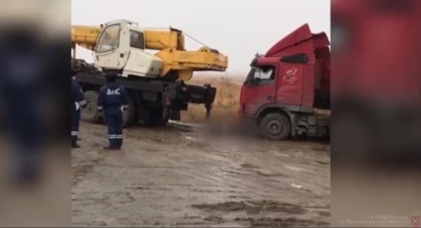 Водитель фуры трагически погиб, пока автокран вытаскивал его из грязи в Волгограде