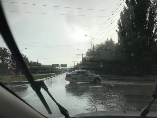 В Волгограде из-за дождя снова перекрыли проспект Ленина