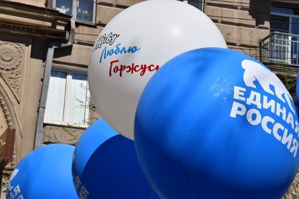 Кандидаты в депутаты от «Единой России» присутствуют при раздаче денег населению накануне выборов в Волгограде