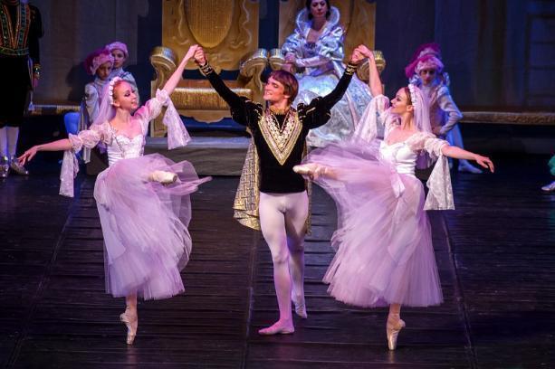 Главный по культуре в Волгограде получает как восемь театральных артистов