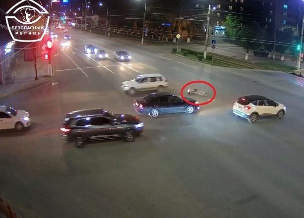 Пролетел на «красный»: опубликовано видео жесткого столкновения велосипедиста с легковушкой в Волгограде