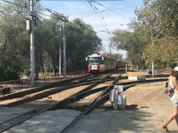 Трамвай сошел с рельс на севере Волгограда и полностью заблокировал движение