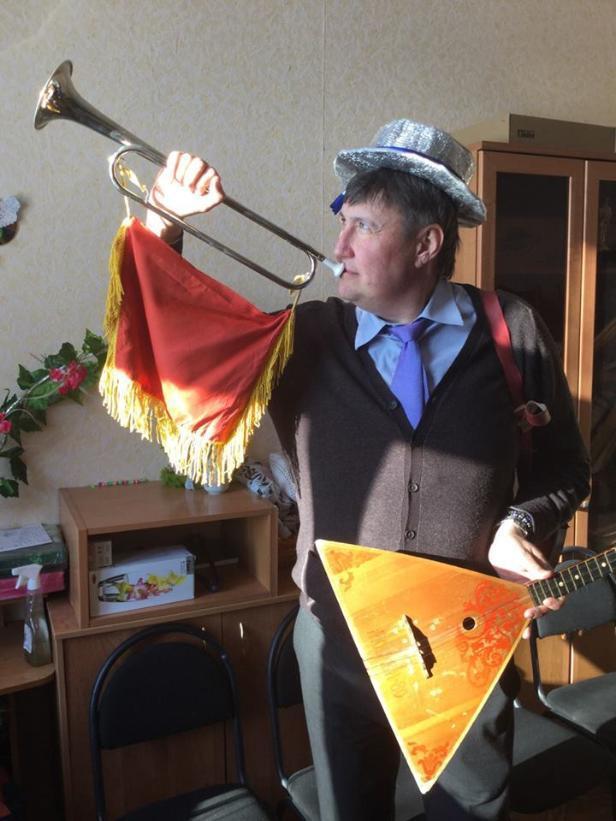 Волгоградский депутат – единоросс продемонстрировал умение дуть в чью–то трубу