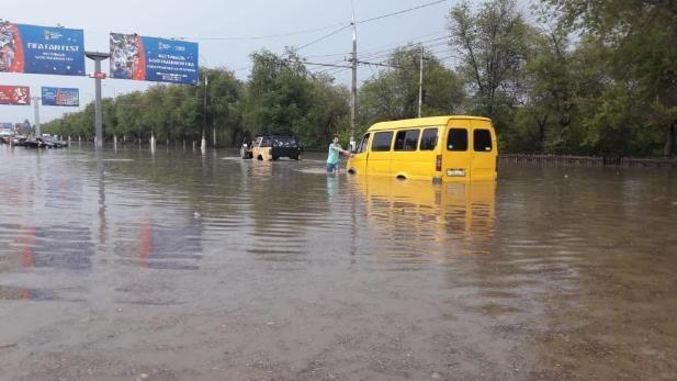Власти Волгограда из-за дождя закрыли движение по двум из трех существующих продольных магистралей города