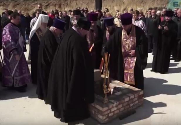 Видео закладки памятного камня в основание собора Александра Невского