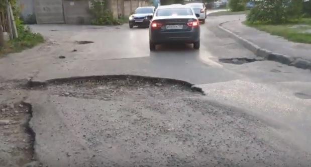«Мыльные пузыри благополучия», - активист ОНФ в Волгограде просит залатать гигантскую яму