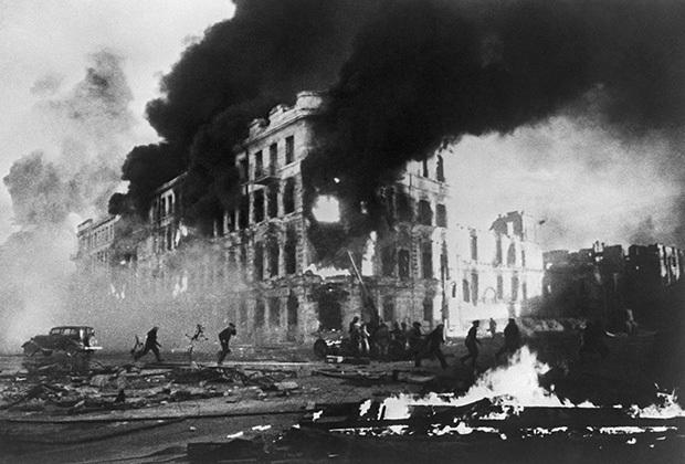 27 октября 1942 года – в Сталинграде советские воины не пускают врага к Волге в районе «Красного Октября»