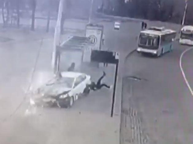 Опубликовано видео ДТП со студенткой на Kia Rio, снесшей волгоградку и остановку