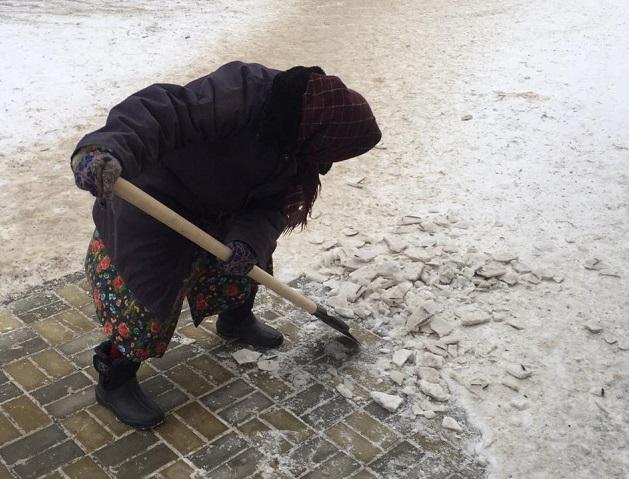 80-летняя бабушка Ульяна вышла на расчистку снега в помощь дорожникам Волжского