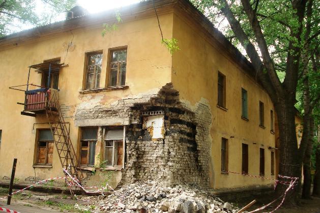 Жители сотен домов в Волгоградской области проживают в своих квартирах с риском для жизни