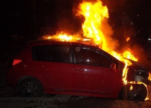 ВВолгограде из-за короткого замыкания сгорел Ниссан