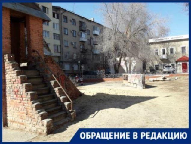 Волгоградцы жалуются на захламлённый детский замок возле гимназии №3