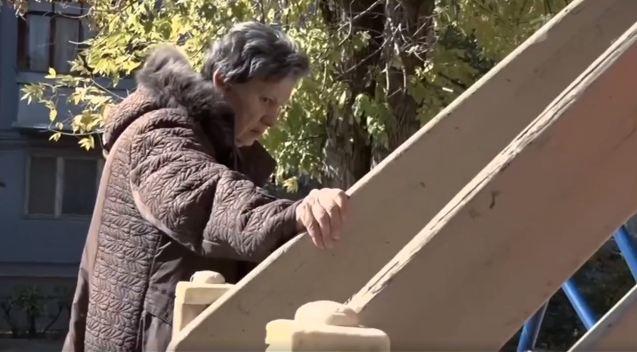Волгоградка выгнала мать-пенсионерку жить на детскую площадку