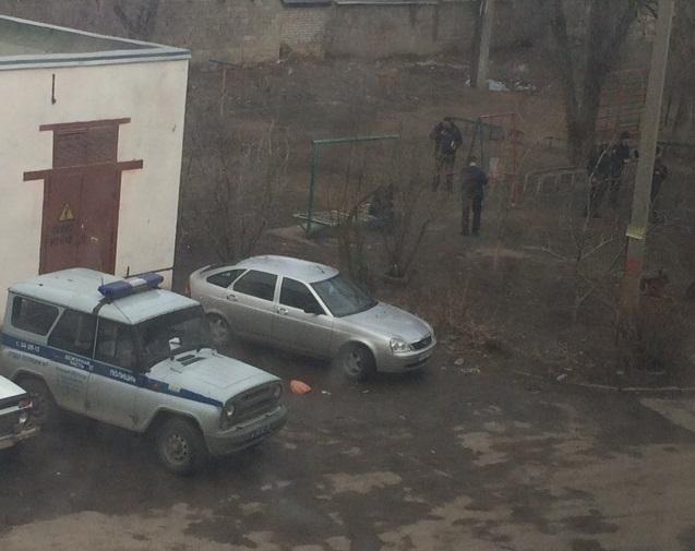Очевидцы: в Волжском обезвредили мужчину с гранатой