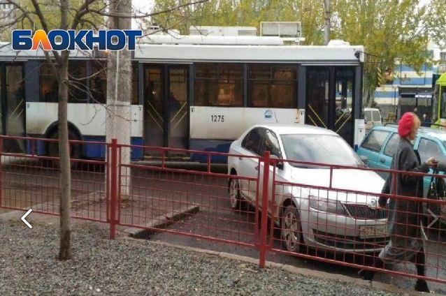 В Волгограде на Рабоче-Крестьянской грузовик врезался в троллейбус с пассажирами