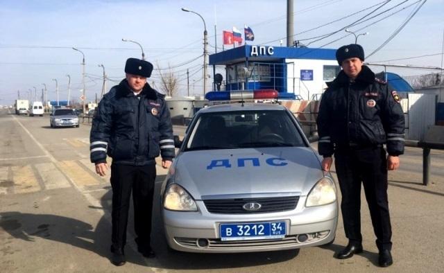 Сотрудники ДПС спасли 2-летнего ребенка от смерти в Волгограде