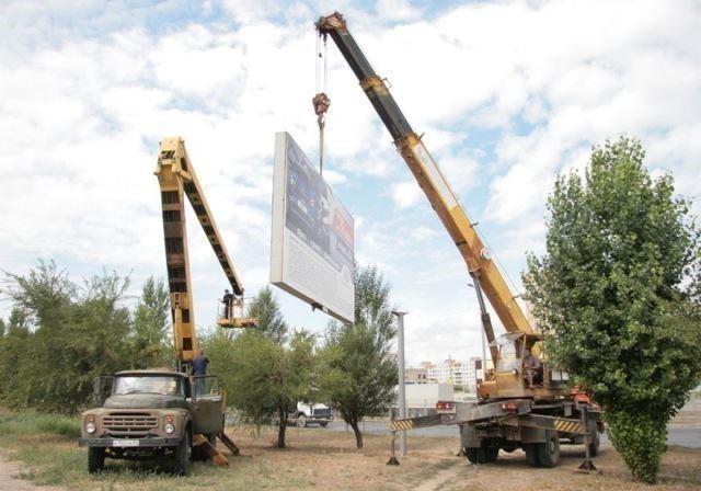 В Волгограде демонтировали еще 13 самовольных рекламных конструкций