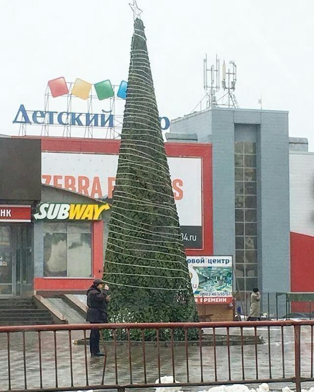 Вместо елки жители Тракторозаводского района получили натянутую на каркас маскировочную сеть