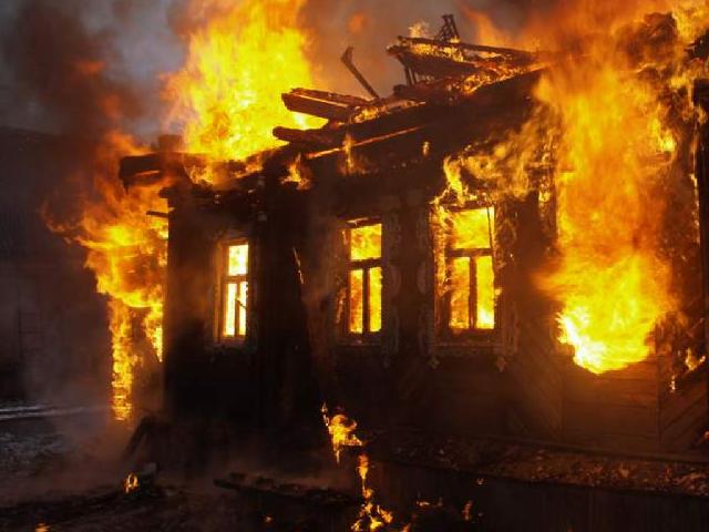 Дом сгорел дотла под Волгоградом: при пожаре пострадал 65-летний мужчина
