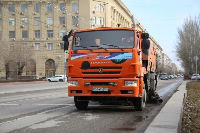 В центре Волгограда у моста разгребают огромную свалку