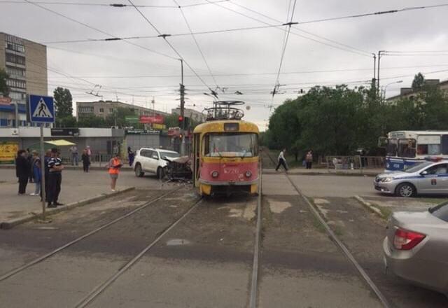 Вылетевший на «встречку» элитный внедорожник снес трамвай с рельсов в Волгограде