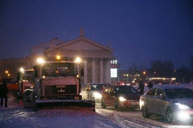 Снег на дорогах Волгограда убирают 75 спецмашин