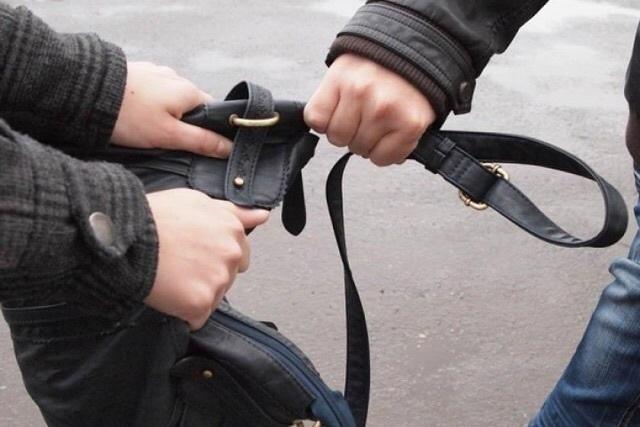 Волгоградец на Привокзальной площади в Саратове ограбил пассажира поезда