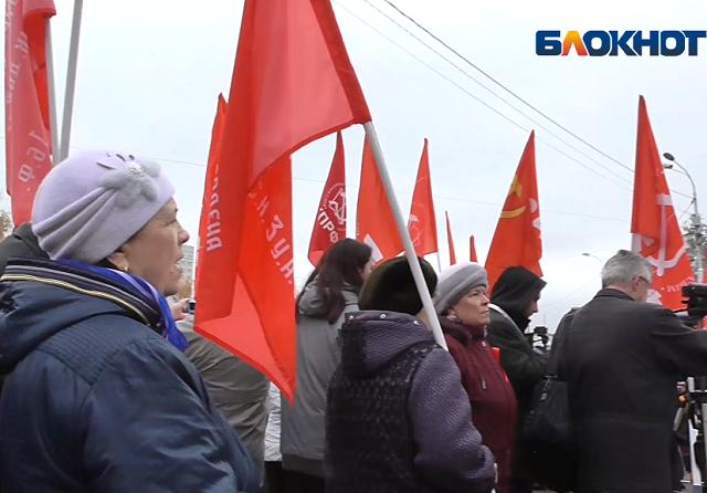 «Ура, товарищи!»: Волгоградцы отметили 100-летие Октябрьской революции