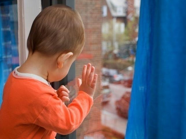 На севере Волгограда 3-летний мальчик выпал из окна
