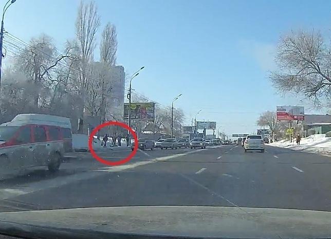 Волгоградец скончался на остановке после поездки в маршрутке