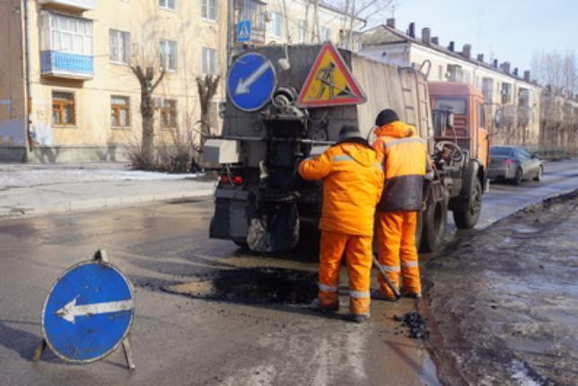 В Волжском уже начали ремонтировать дороги
