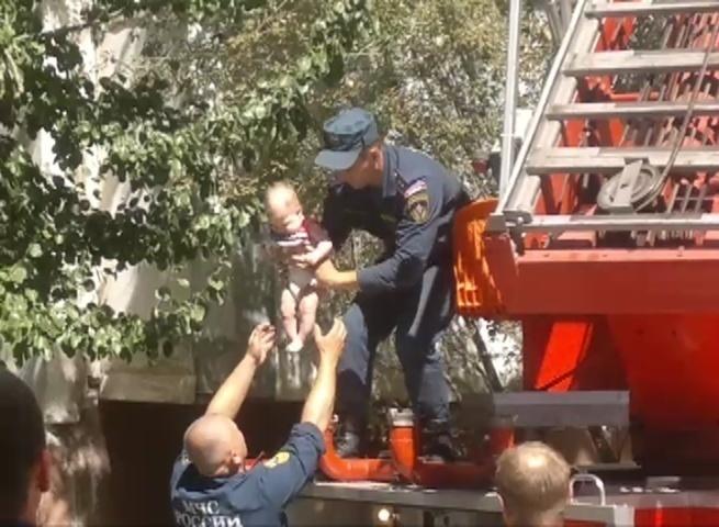 ВВолгограде грудного ребенка эвакуировали изподъезда попожарной лестнице
