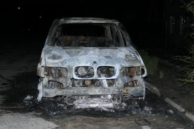 Ночью в Волгограде на одной улице сожгли BMW и Ford