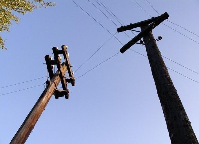 Электрика раздавило сложившимся пополам столбом под Волгоградом