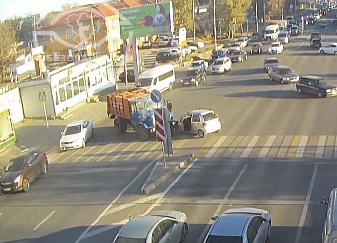 ДТП ГАЗа с замашками хищника сняли на видео в Волгограде
