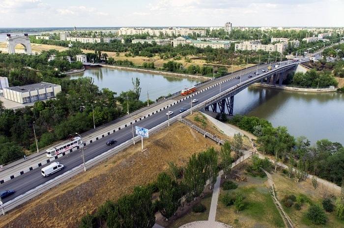 Мужчина разбился, упав с моста в Волгограде