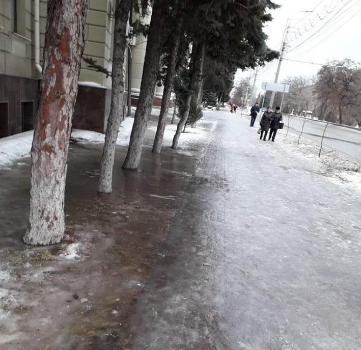 Бесплатный каток возле здания чиновников открылся в центре Волгограда