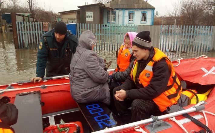 Пиротехники взорвали ледяные заторы на реке Вязовка в Волгоградской области