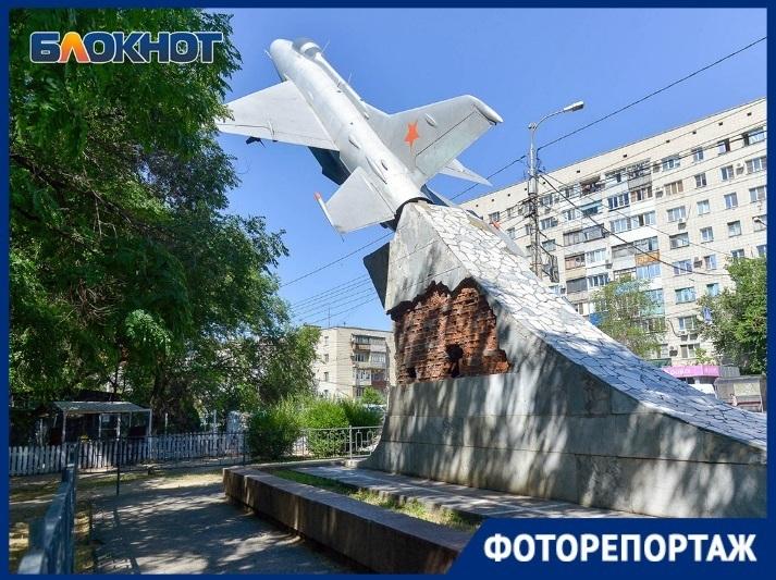 Разрушающийся МиГ-21 у Качинского училища в Волгограде попал в объектив фотографа