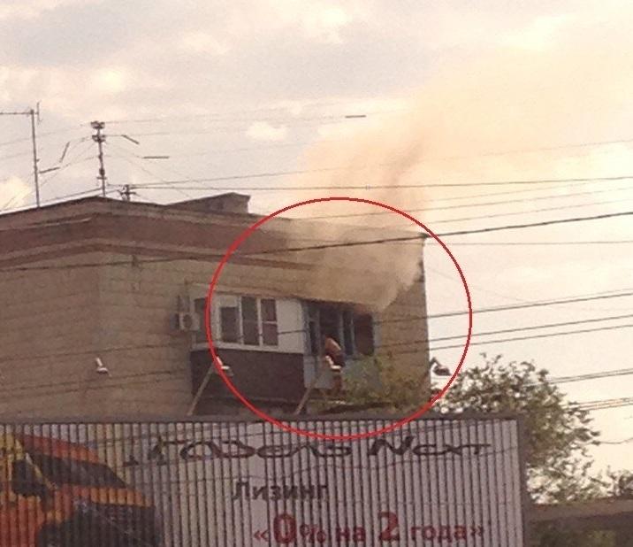 Мужчина висит на балконе горящей квартиры на западе Волгограда