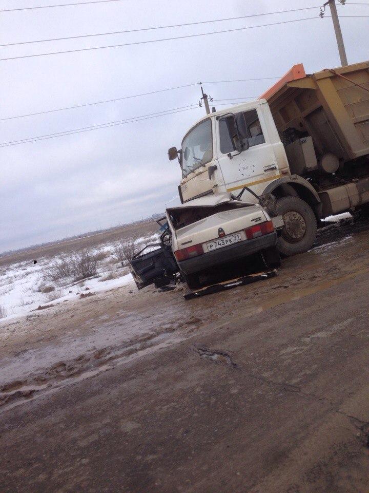 На юге Волгограда «девяносто девятая» протаранила самосвал: 1 погиб