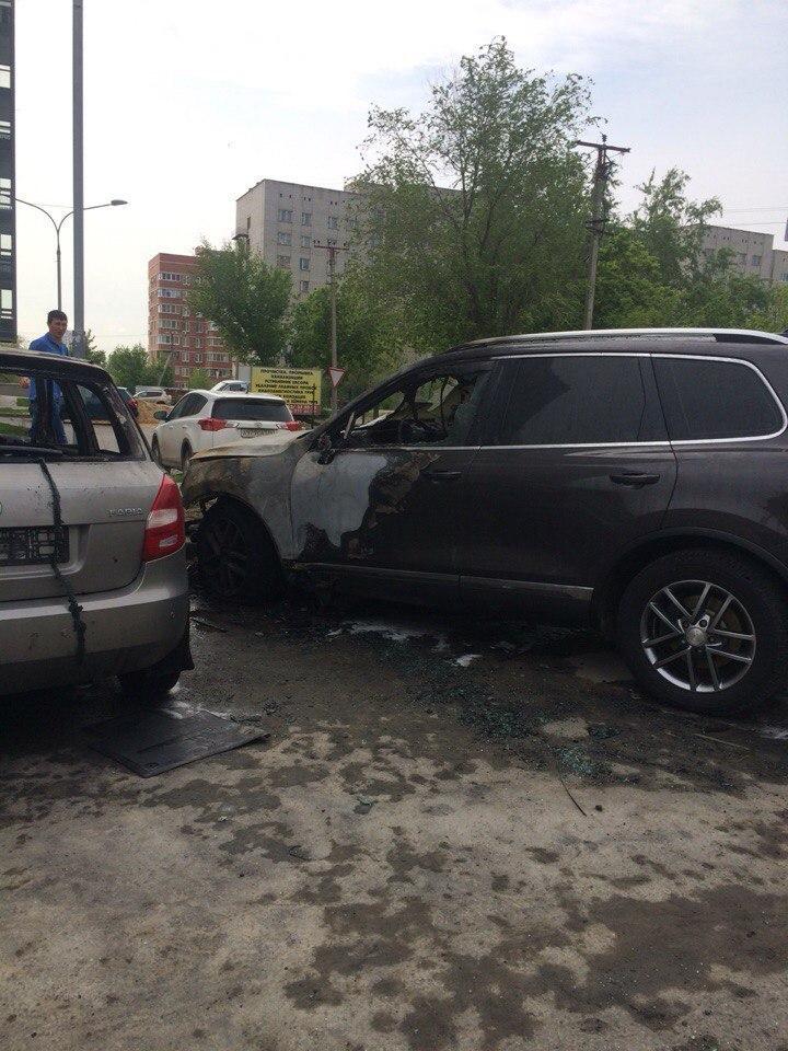 В Волгограде сразу три иномарки подожгли ночью на одной улице