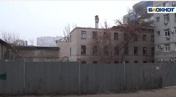 Застройщик самовольно начал строительство многоэтажки на территории ДОСААФ в Волгограде, вместо обещанного 4-этажного дома