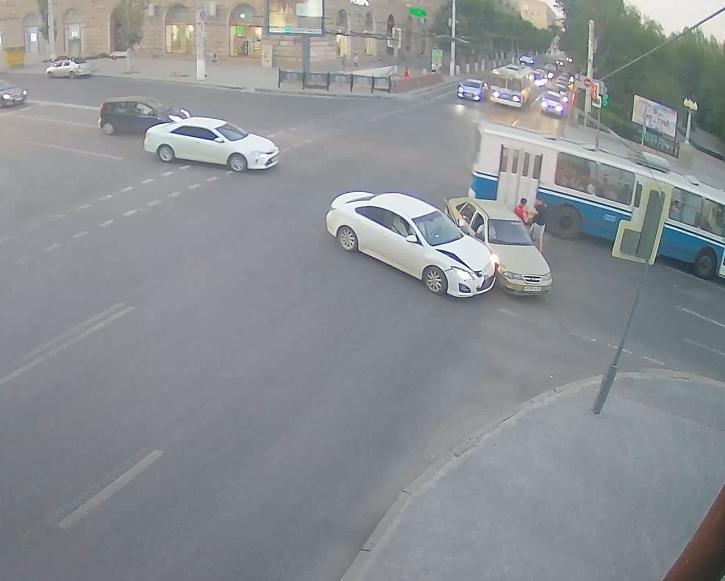 На видео попало избиение водителем Mazda виновника ДТП в центре Волгограда
