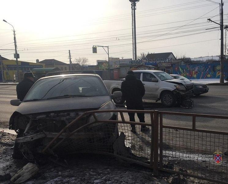 Toyota устроила тройное ДТП на юге Волгограда: Renault улетело в забор
